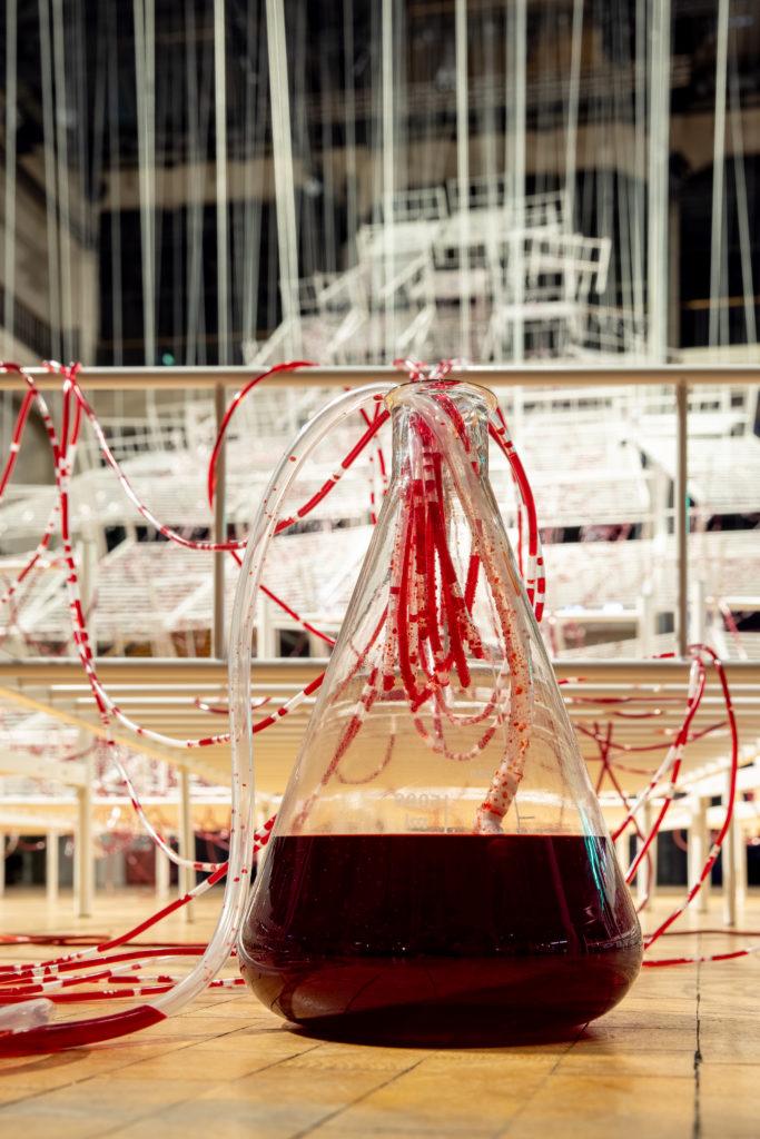 """""""Connected to LIfe"""": Installation von Chiharu Shiota - Detailansicht"""